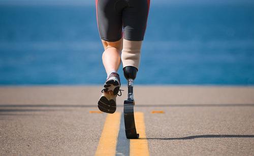 触觉传感器为假肢腿部佩戴者提供弯曲和着陆的感觉