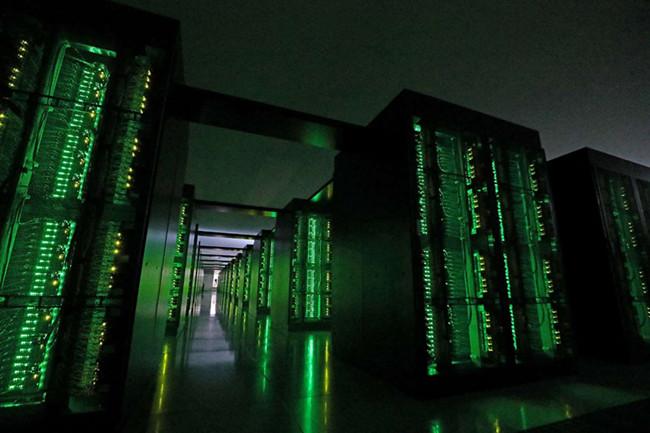这张照片摄于2020年6月16日,显示了位于兵库县神户市理学计算科学中心的日本Fugaku超级计算机。.jpg