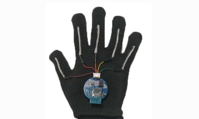 该系统包括带有细长传感器的手套,该传感器可伸展五个手指中每个手指的长度。.jpg