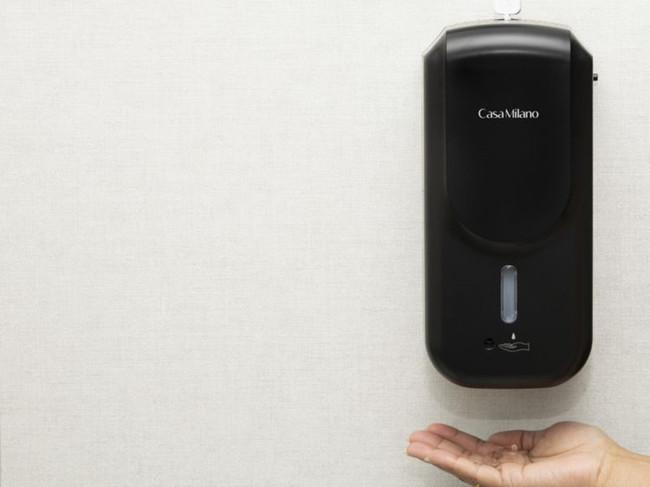 将您的手放在非接触式点胶机的传感器前面将自动散发出消毒液.jpg