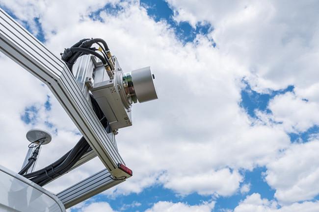 3D激光扫描仪包含在外壳中并安装在车辆的车顶上。.jpg