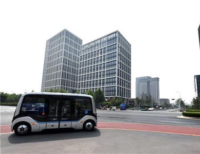 资料图 在云控平台的控制下,自动驾驶巴士在郑州市中道东路上行驶