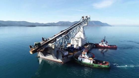 安装有倾角传感器等监控设备的打桩船