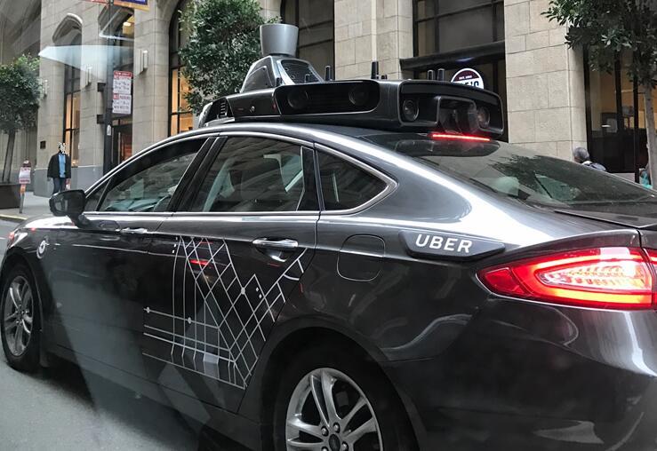 国外安装激光雷达传感器的无人驾驶汽车
