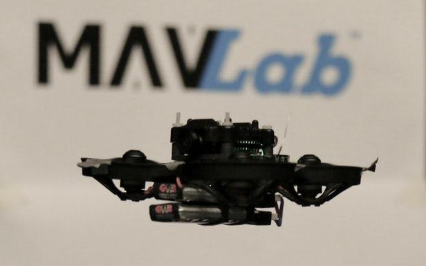 该无人机只有一个摄像头和非常小的传感器
