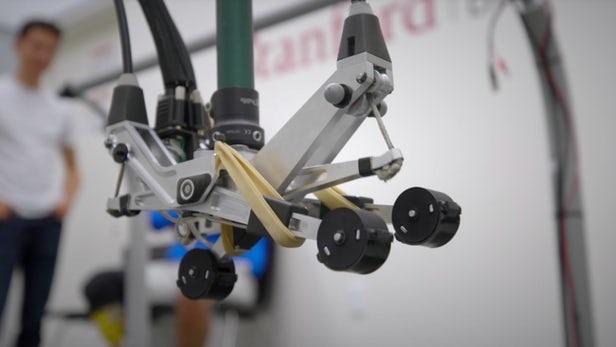 传感器集成的三脚架义足能使佩戴者在崎岖地面上保持稳定