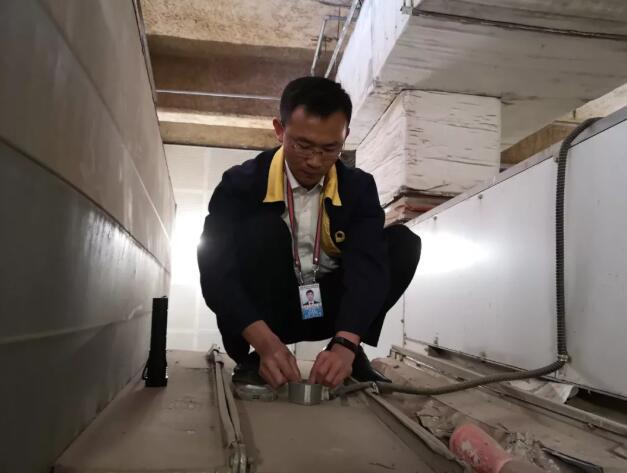 机场工作人员正在对温度传感器进行更换调试