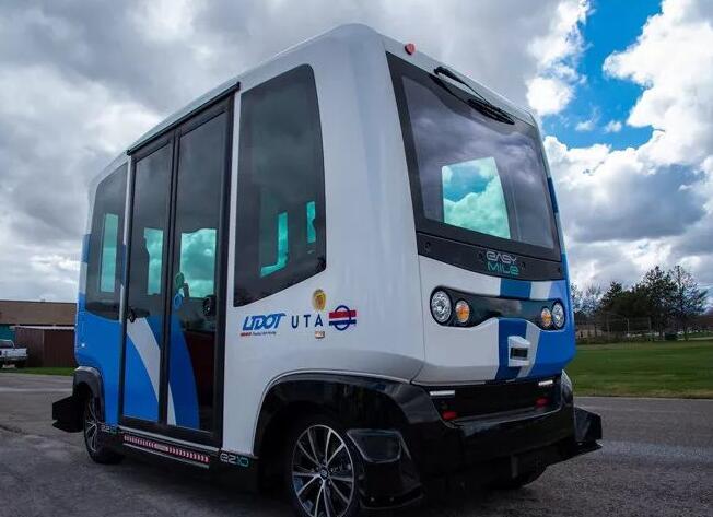 配备激光雷达和IMU等传感器的无人小巴在美国德州上路