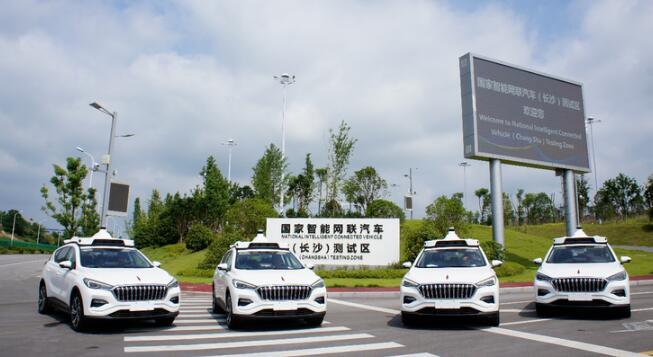 Robotaxi车顶搭载有摄像头、激光雷达、传感器等设备