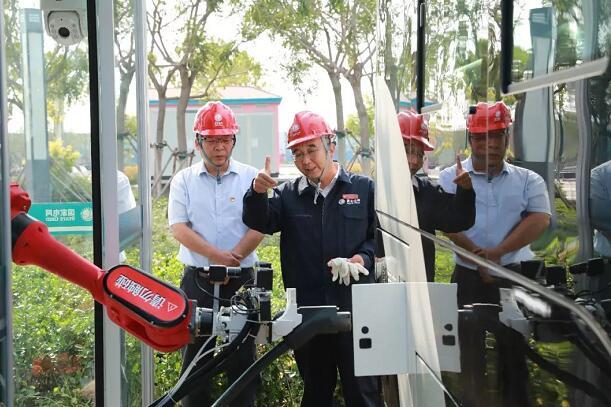 我国首个智慧公交充电机器人在天津成功运行