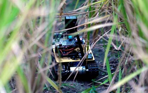 该机器人内置有十几种高精度传感器
