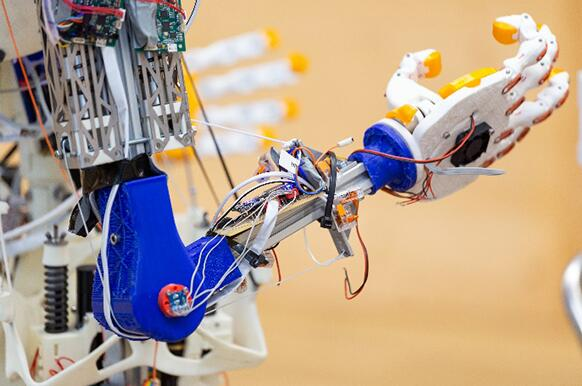 集成多种传感器的人工智能机器人亮相进博会