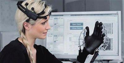 无创脑机接口技术让受试者用意念控制机器臂