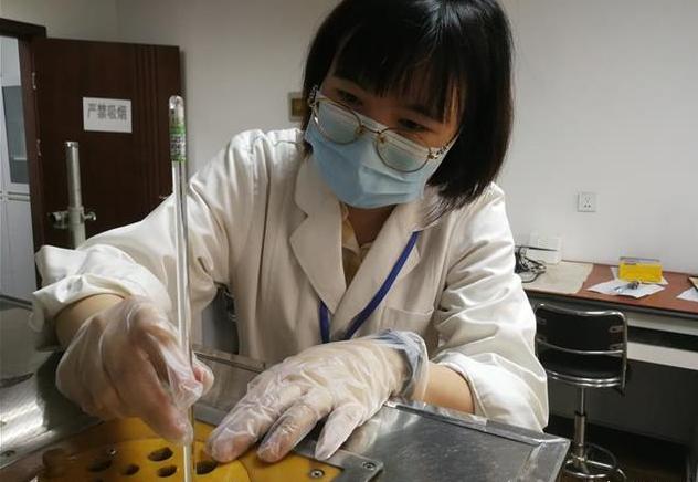红外线测温仪的结果到底准不准?实验室研究人员演示正确使用方法。