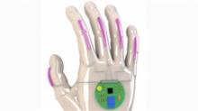 可穿戴智能手套借助电子传感器 可将手语实时转换为语音